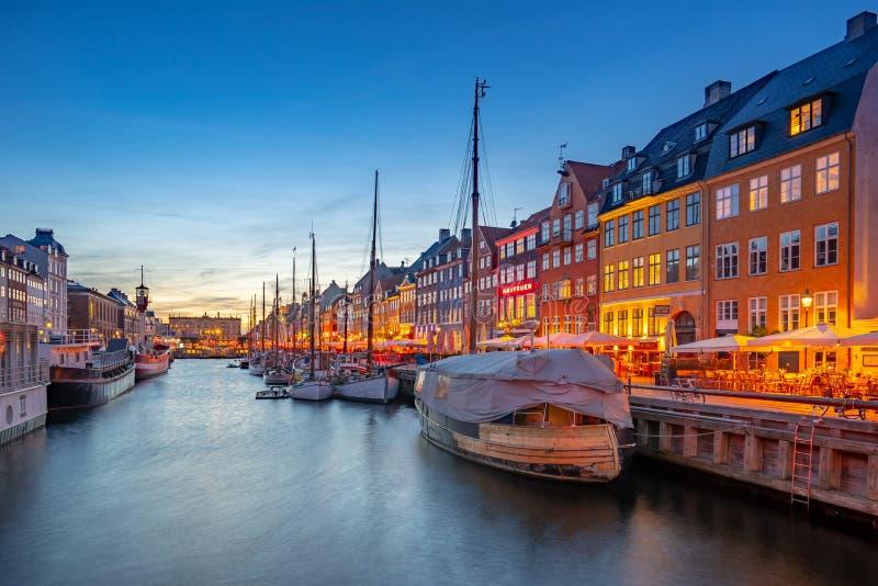 Città di Copenhaghen alla notte con la vista di Nyhavn in Danimarca immagini stock libere da diritti