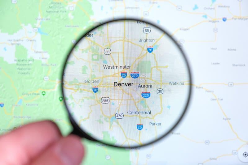 Città di Denver, Colorado sullo schermo di visualizzazione tramite una lente d'ingrandimento immagine stock libera da diritti