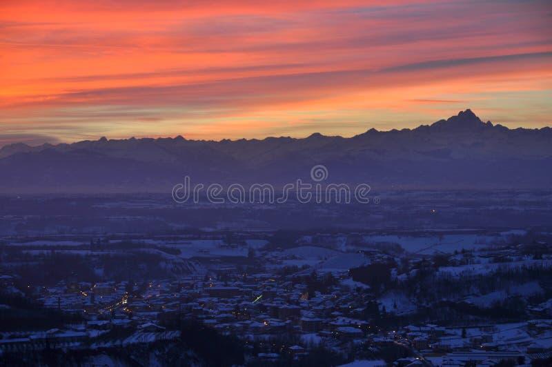 Città di Dogliani al tramonto fotografie stock
