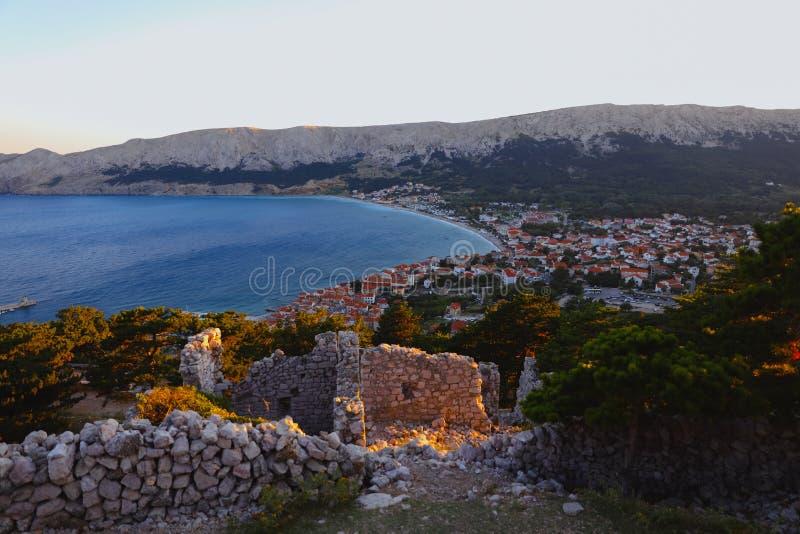 Città di estate su una riva della baia nel mare adriatico, Croazia Vista dalla collina immagini stock libere da diritti