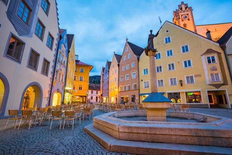 Città di Fussen alla notte in Baviera, Germania fotografia stock libera da diritti