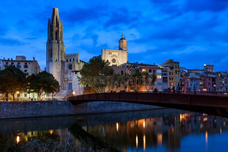 Città di Girona di notte fotografie stock