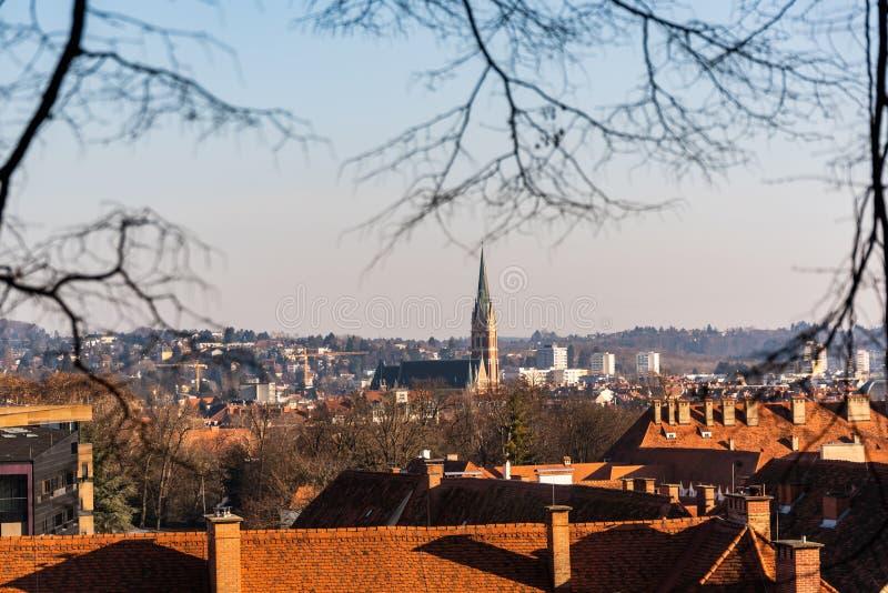 Città di Graz dalla collina Schlossberg, destinazione del castello di viaggio fotografia stock