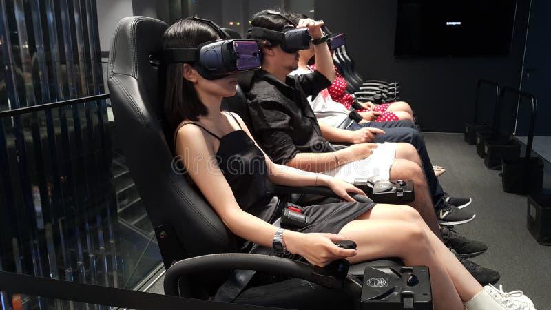 Città di Ho Chi Minh, Vietnam - 27 aprile 2019: La gente sta avvertendo oggi la tecnologia di realtà virtuale più moderna immagine stock