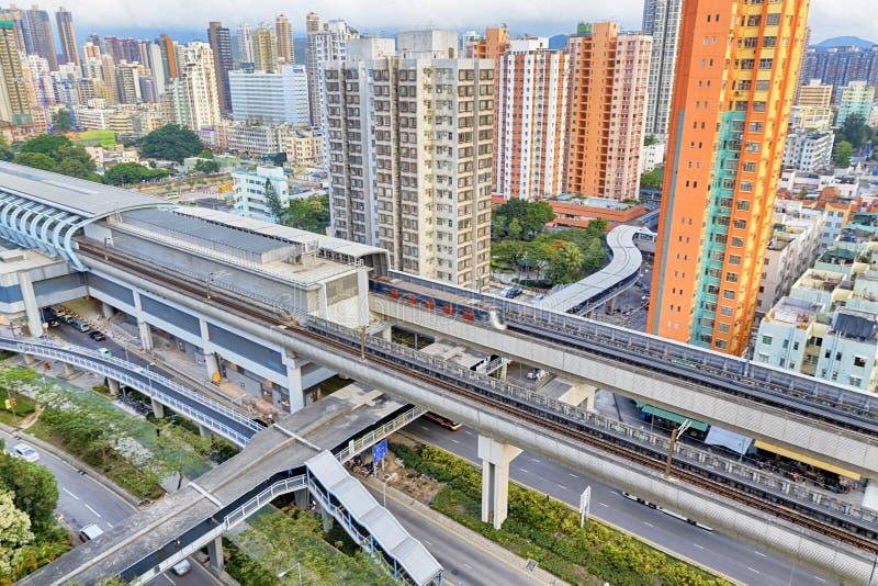 Città di Hong Kong e treno urbani di velocità di tramonto immagini stock