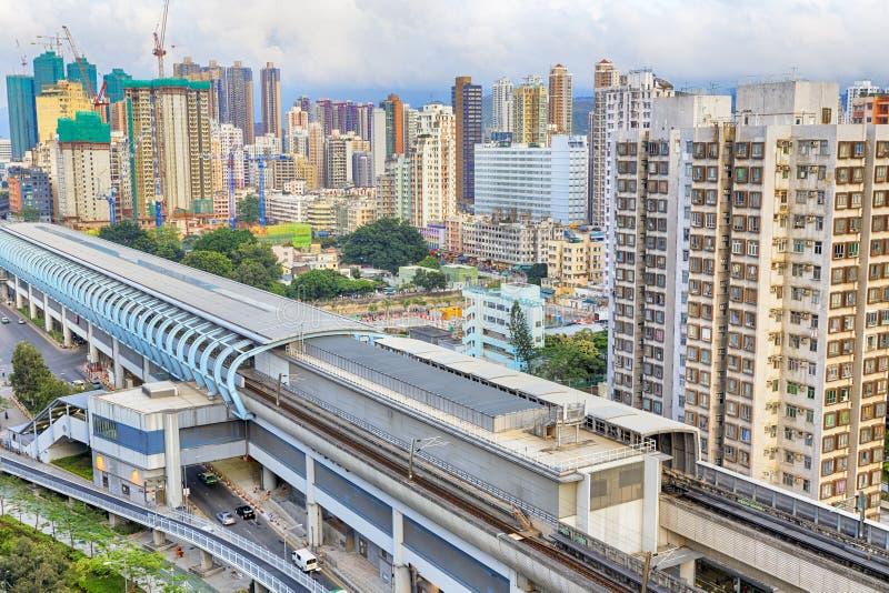 Città di Hong Kong e treno urbani di velocità di tramonto fotografie stock