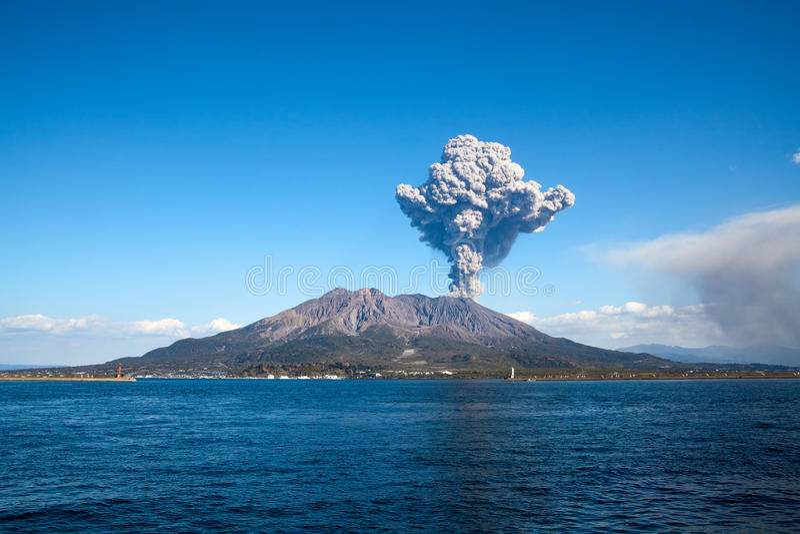 Città di Kagoshima, eruzione di Mt Sakurajima del Giappone immagine stock