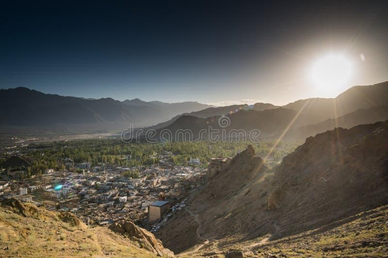 Città di Leh e bella montagna, Leh Ladakh, India immagini stock