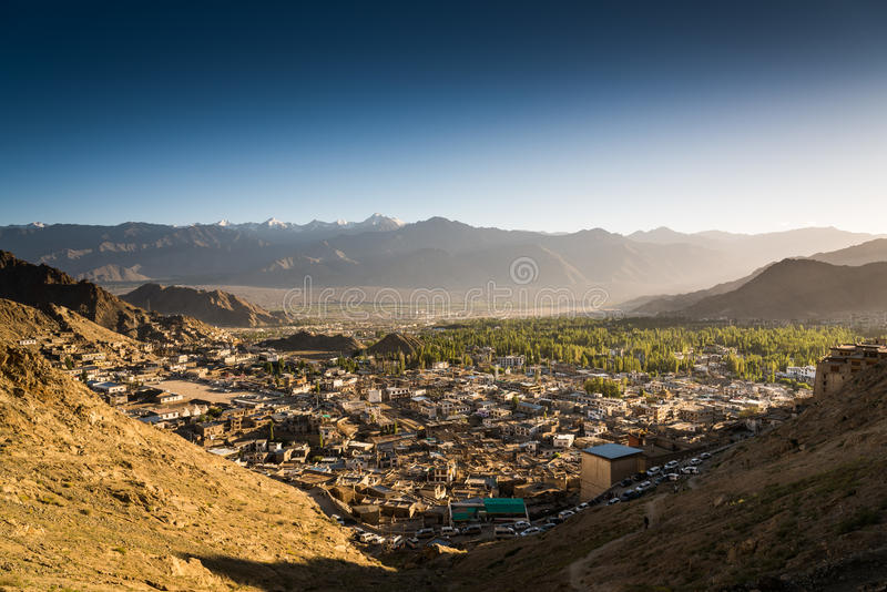 Città di Leh e bella montagna, Leh Ladakh, India fotografie stock libere da diritti