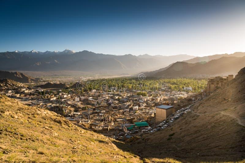 Città di Leh e bella montagna, Leh Ladakh, India fotografia stock libera da diritti