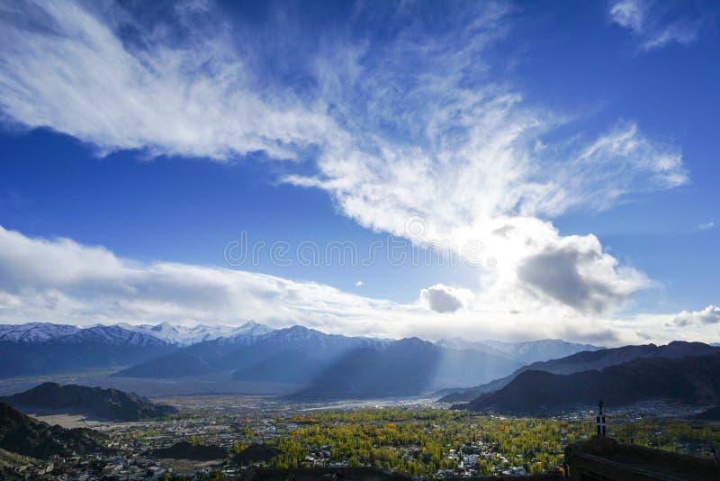 Città di Leh di vista aerea in India fotografia stock