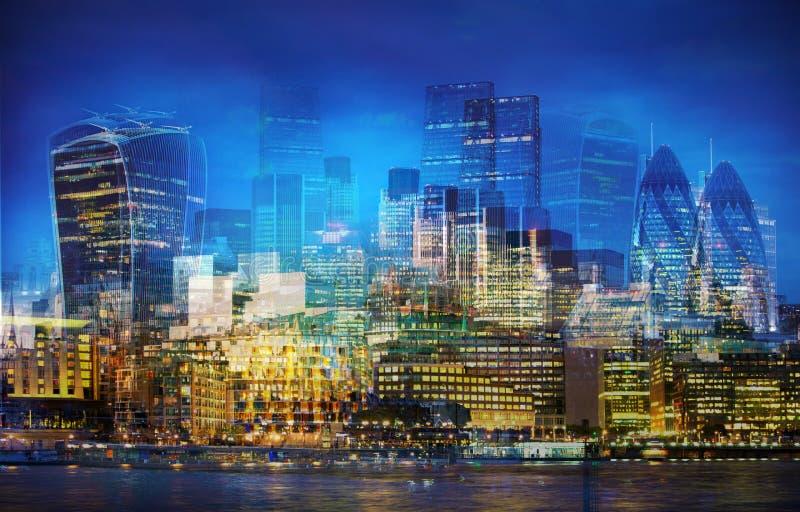 Città di Londra al tramonto L'immagine dell'esposizione multipla include la città dell'aria finanziaria di Londra Londra BRITANNI fotografia stock