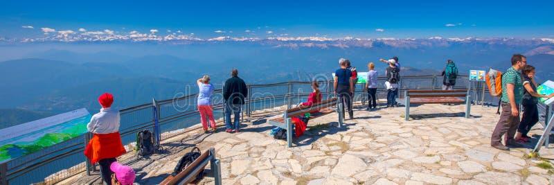 Città di Lugano, montagna di San Salvatore e lago lugano da Monte Generoso, cantone il Ticino, Svizzera fotografia stock libera da diritti