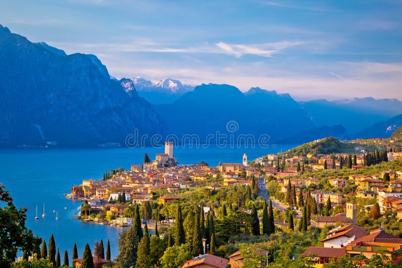 Città di Malcesine sulla vista dell'orizzonte di Lago di Garda fotografia stock libera da diritti