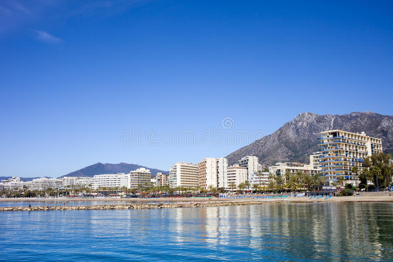Città di Marbella dal mar Mediterraneo in Spagna fotografia stock libera da diritti