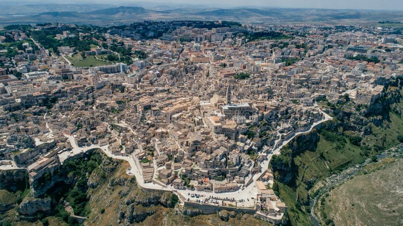 Città di Matera Puglia vicino al blu della linea costiera del mare nel vr del fuco 360 dell'Italia immagini stock libere da diritti