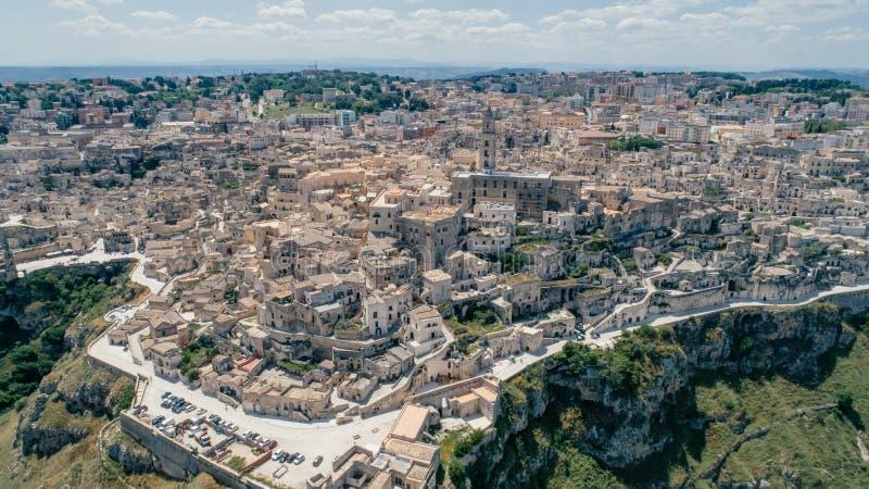 Città di Matera Puglia vicino al blu della linea costiera del mare nel vr del fuco 360 dell'Italia immagine stock libera da diritti