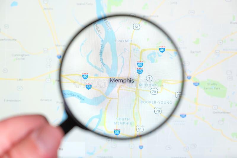 Città di Memphis, Tennessee sullo schermo di visualizzazione tramite una lente d'ingrandimento fotografie stock libere da diritti