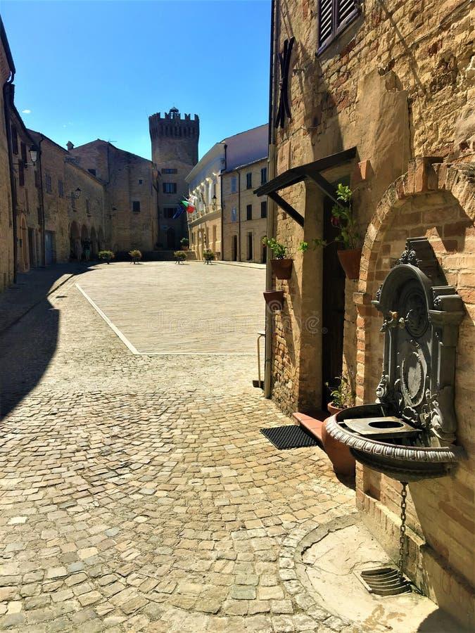 Città di Moresco nella provincia di Fermo, regione Marche, Italia La piazza medievale, la torre, la fontana e l'atmosfera affasci fotografie stock libere da diritti