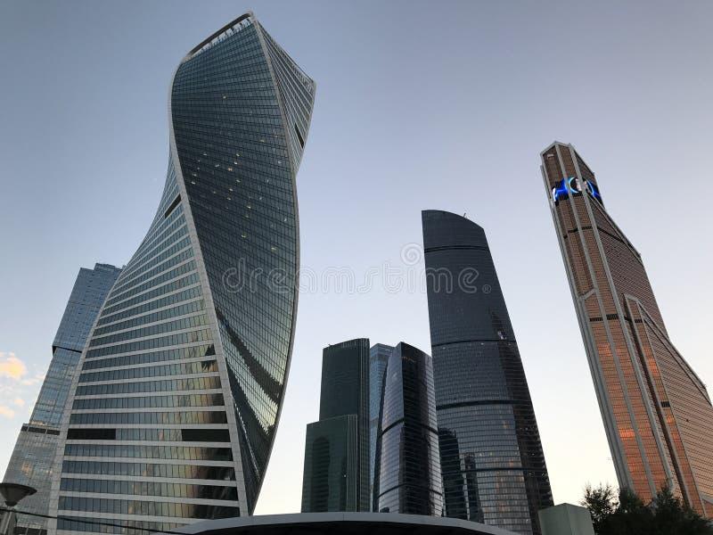 Città di Mosca - vista del centro di affari dell'internazionale di Mosca dei grattacieli Vista dal basso fotografia stock libera da diritti