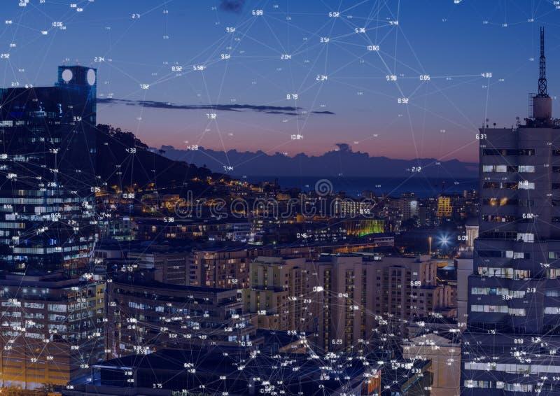 Città di notte con i connettori fotografie stock