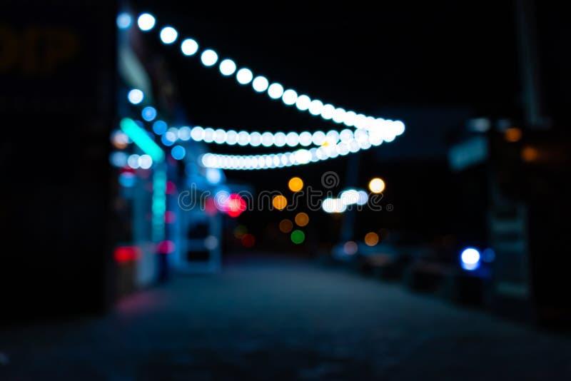Città di notte con le lanterne fotografia stock libera da diritti