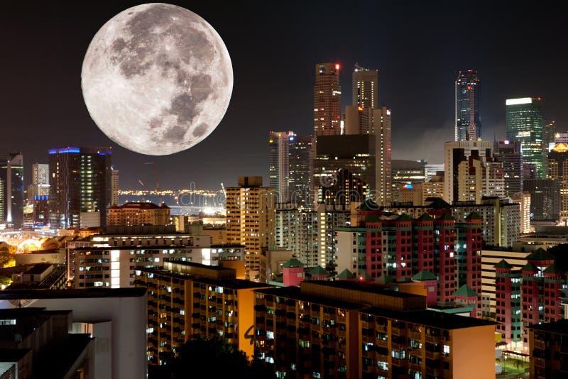 Città di notte della luna fotografia stock