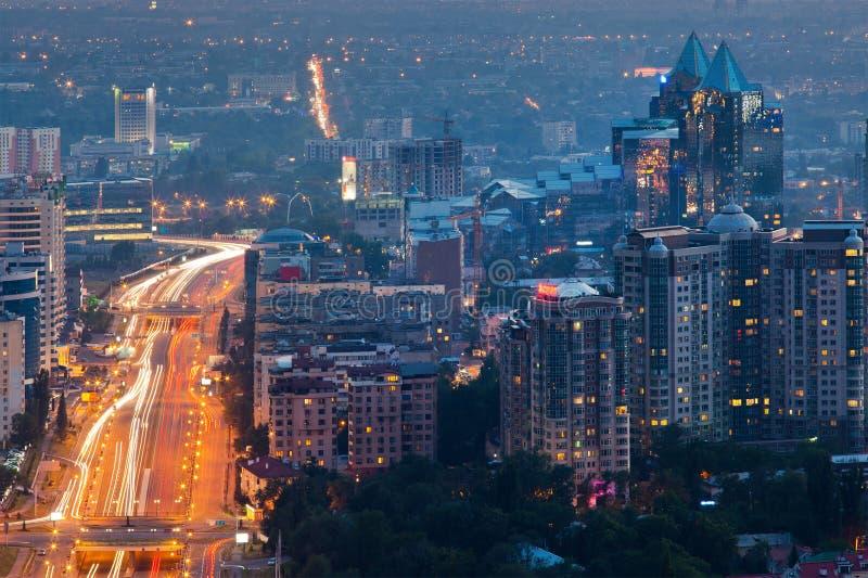Città di notte di Almaty fotografia stock