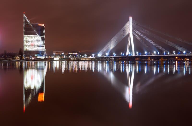 Città di notte di Riga fotografia stock