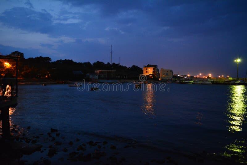 Città di notte ed il mare fotografia stock