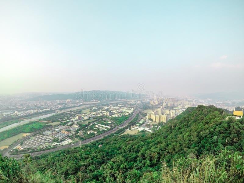 Città di paesaggio urbano di panoramica e mountation, fucilazione della foto dal fotografia stock libera da diritti