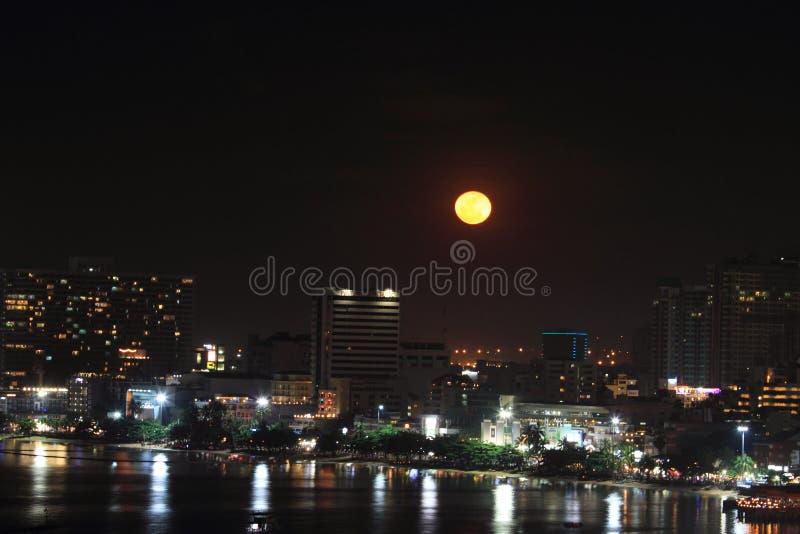 Città di Pattaya nella notte della luna piena immagini stock libere da diritti
