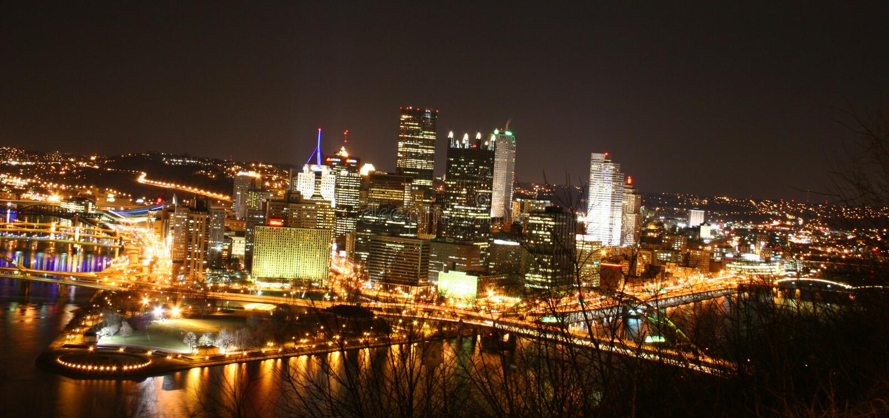 Città di Pittsburgh alla notte fotografie stock