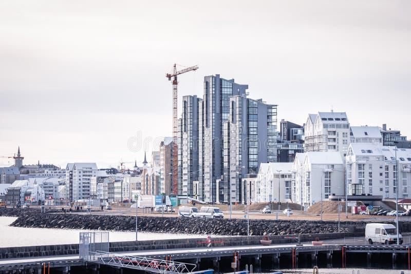 Città di Reykjavik con gli edifici alti e una gru ad una costruzione fotografie stock libere da diritti