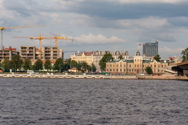 Città di Riga, capitale della vista panoramica della Lettonia con il Daugava a del fiume fotografie stock libere da diritti