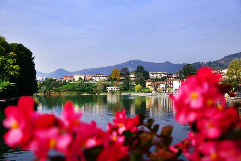 Città di Sarnico veduta dal ponte sopra il fiume di Oglio immagini stock libere da diritti
