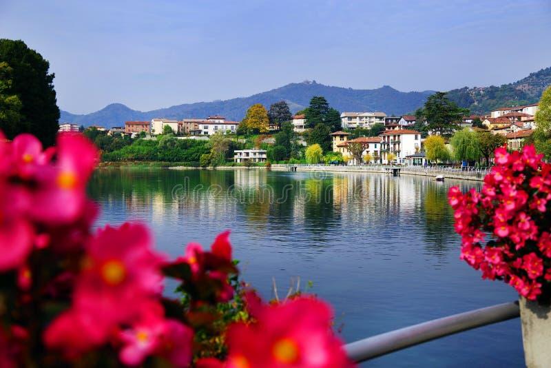 Città di Sarnico veduta dal ponte sopra il fiume di Oglio fotografia stock libera da diritti