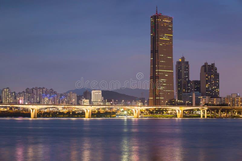 Città di Seoul alla notte ed a Han River, Corea del Sud immagini stock libere da diritti