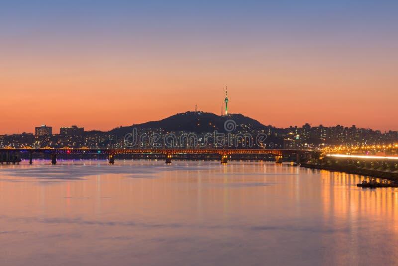 Città di Seoul alla notte ed il fiume Han a Seoul, Corea del Sud fotografie stock