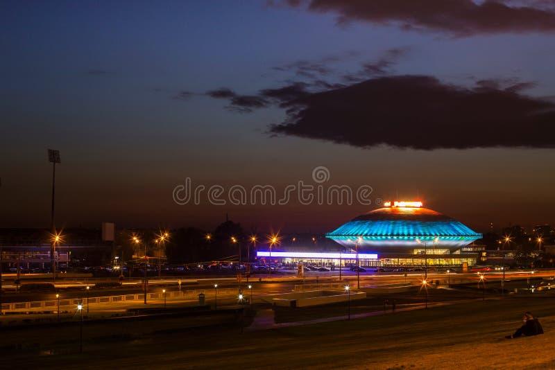 Città di sera e grandi luci del circo immagine stock