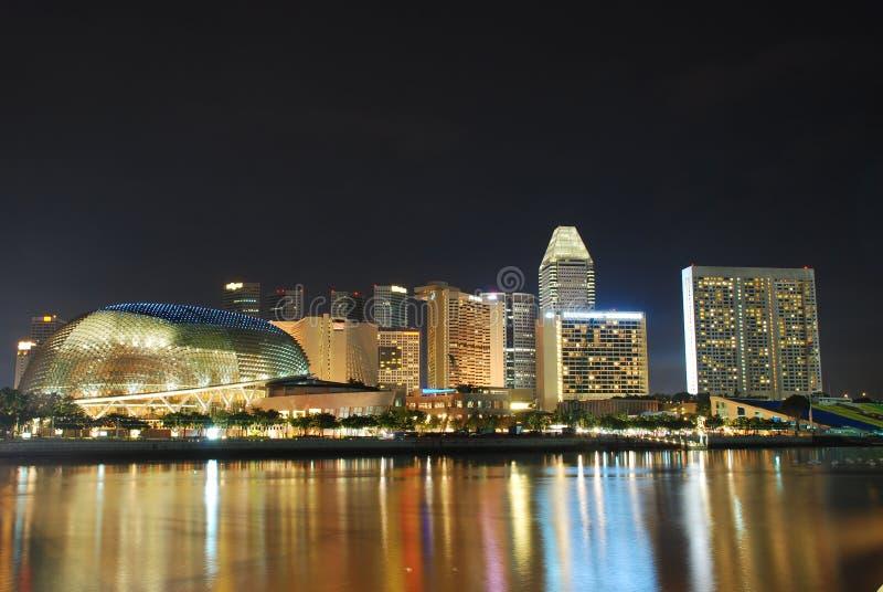 Città di Singapore alla notte immagini stock libere da diritti