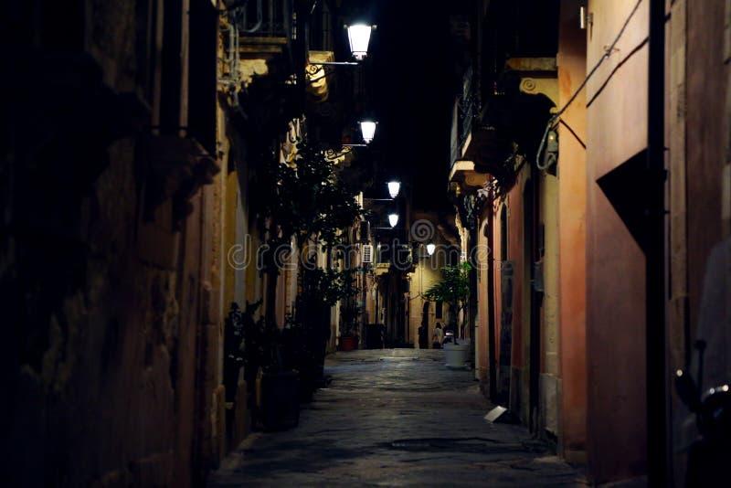 Città di Siracusa di notte, dettaglio di una via fotografia stock libera da diritti