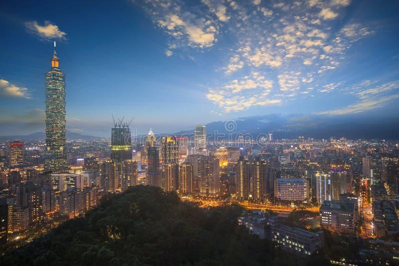 Città di Taipei con la torre di Taipei 101 nel distretto commerciale di Xinyi alla notte, Taipei, Taiwan immagine stock