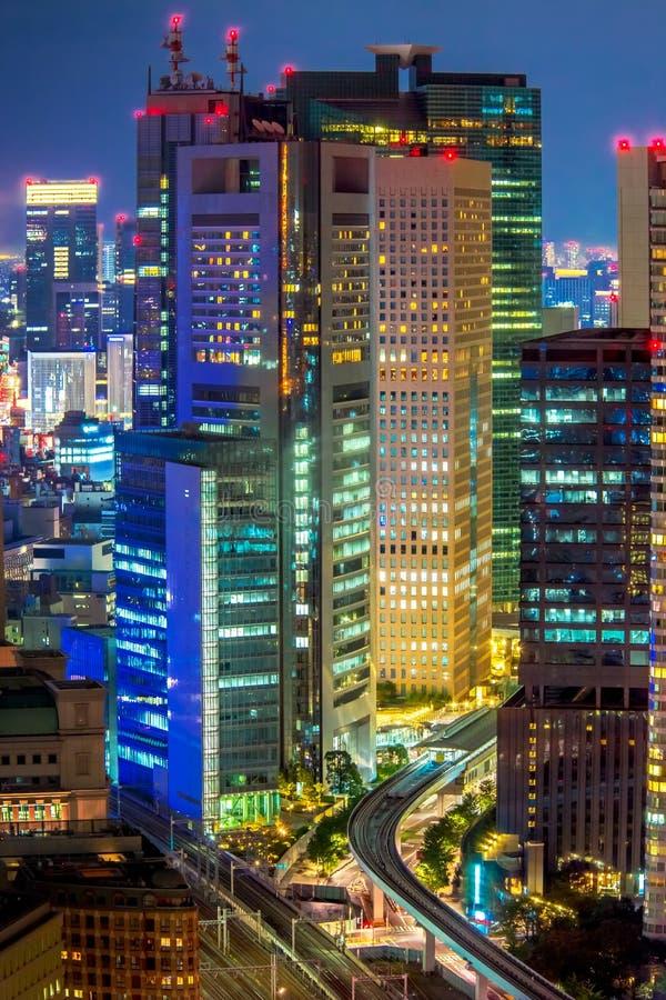 Città di Tokyo al verticale di notte fotografia stock libera da diritti