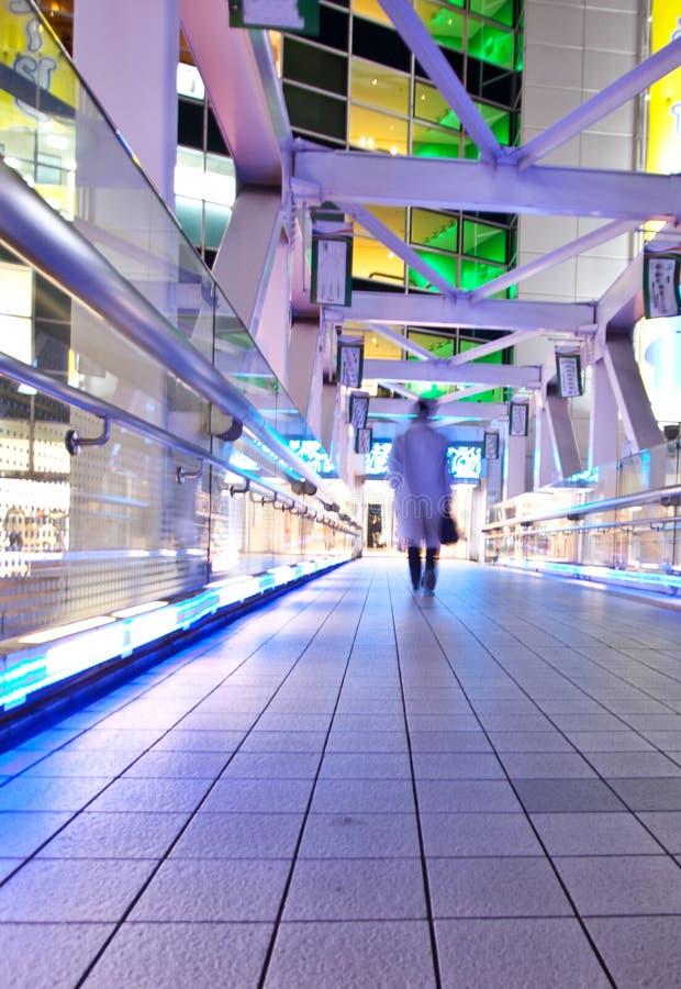 Città di Tokyo alla notte sul ponticello immagini stock libere da diritti