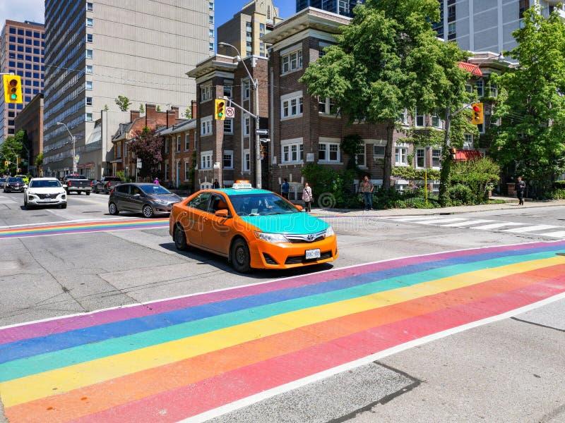 Città di Toronto che si prepara a Pride Parade sulla via della chiesa fotografia stock libera da diritti