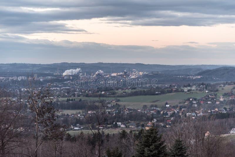 Città di Trinec con il fumo della fabbrica zelezarny di Trinecke in repubblica Ceca durante la sera di autunno immagini stock libere da diritti