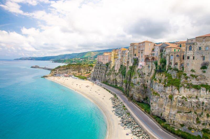 Città di Tropea e spiaggia, mar Tirreno, costruzioni variopinte sopra le alte grandi rocce, vista dalla chiesa del santuario del  fotografie stock libere da diritti