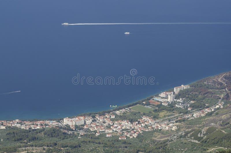 Città di Tucepi lungo la costa dalmata del mare adriatico, Croazia fotografia stock libera da diritti