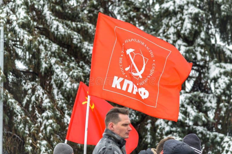 Città di Ul'janovsk, Russia, il 23 marzo 2019 La bandiera del partito comunista della Federazione Russa ad un raduno contro immagine stock